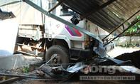 Xe tải mất lái lao vào nhà dân, hàng chục người hoảng hồn