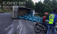 Xe tải chở hàng chục bình gas lật trên đèo Hải Vân