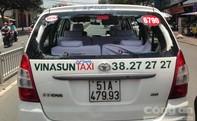 """""""Xe mù"""" tông xe taxi vỡ kính"""