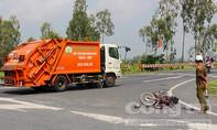 Xe rác tông xe máy, 2 người nhập viện
