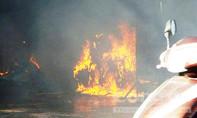 Hai xe máy bốc cháy dữ dội trong tiệm sửa xe