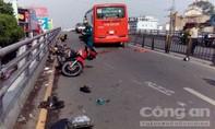 Xe khách Phương Trang cuốn 7 xe máy trên cầu vượt Cây Gõ