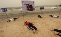 Dân Gaza úp mặt lên cát tưởng niệm cậu bé chết trên đường di cư