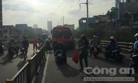 Clip xe khách Phương Trang mất lái tông 7 xe máy ở cầu vượt Cây Gõ