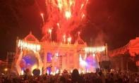Nổ bóng bay trên sân khấu đêm đón năm mới, khiến nhiều người bị thương