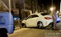 Mercedes 4 chỗ hư hỏng nặng sau khi tông dải phân cách