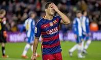 Suarez tái hiện cú sút ra ngoài không tưởng của Torres