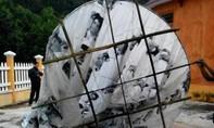 Một quả cầu lạ ghi nhiều dòng chữ Trung Quốc rơi xuống nhà dân