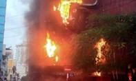 Bảng hiệu tòa nhà 4 tầng cháy rực trong đêm
