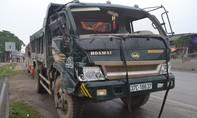 Ô tô tải móp đầu sau khi tông xe buýt, hành khách hoảng loạn