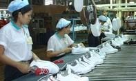 Chiếc giày Nike đắt tiền và hình ảnh người công nhân