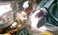 4 người nguy kịch khi hai ô tô tông nhau trực diện