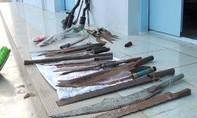 Công an tiếp nhận hàng chục vũ khí, công cụ hỗ trợ