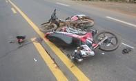 Xe máy trong hẻm lao ra tông trúng, 2 người nguy kịch