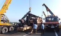 Xe cẩu đóng cọc bê tông rơi khi di chuyển trên cao tốc TP. HCM -Trung Lương