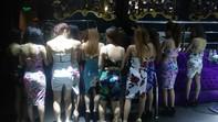 Quán bar thuê tiếp viên nữ múa khiêu dâm để thu hút khách