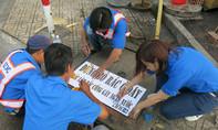 TP.HCM: Sơn 7.200 nắp cống kêu gọi không xả rác