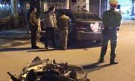 Xe máy chở ba gây tai nạn, 'xế hộp' hoảng loạn đâm vào gốc cây