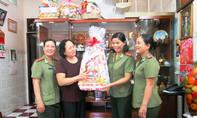 Thăm, tặng quà Tết đến các nữ anh hùng Công an TP.HCM