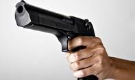 'Chồng' người mẫu Phi Thanh Vân rút súng dọa bắn người khi dừng đèn đỏ