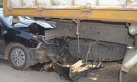Hai ô tô cắm đuôi xe tải, 2 người trọng thương