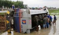 Xe bồn lao xuống ruộng, hàng trăm lít dầu bị chảy ra ngoài