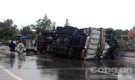 Xe tải tông dải phân cách, lật nghiêng giữa đường