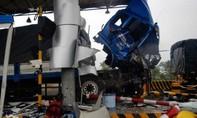Xe tải chạy tốc độ cao, tông nát trạm thu phí