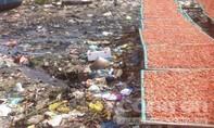 Một cơ sở chế biến tôm khô bằng hoá chất, phơi trên bãi rác dơ bẩn