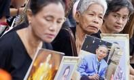 Người dân Thái Lan đẫm nước mắt thương tiếc Quốc vương