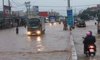 QL51 ngập nặng, nhà dân chìm trong biển nước