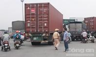 Container 'hôn nhau', giao thông ùn ứ