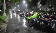 Hàng ngàn xe máy sinh viên dắt ra từ tầng hầm đang ngập nước