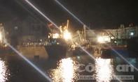 Hàng trăm ngư dân giải cứu tàu cá bị chìm trong đêm