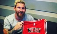 Messi khoe áo đấu của… Messi