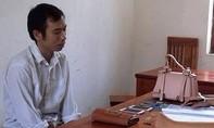 Thầy giáo tiểu học nhiều lần giật điện thoại của phụ nữ