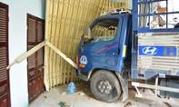 Xe tải lao lên vỉa hè tông vào nhà dân