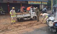 CSGT dầm mưa dọn đất rơi vãi trên đường phố Sài Gòn