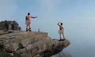 Giới trẻ 'giật mình' với loạt ảnh hai phượt thủ khỏa thân ở Sơn La