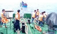 Lai dắt một tàu cá Quảng Ngãi bị nạn trên biển vào bờ an toàn