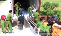 Bất chấp nắng nóng, công an nhiệt tình bốc xếp gạo cứu trợ người dân
