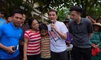 Người dân Hà Tĩnh ôm hôn nam ca sĩ Đàm Vĩnh Hưng khi trao quà từ thiện