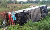 Xe khách lật nghiêng, một hành khách bị thương
