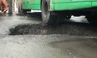 Xe buýt lọt bánh vào 'hố tử thần' ở vùng ven Sài Gòn