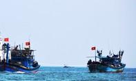 Đưa 15 ngư dân Quảng Ngãi trôi dạt trên biển lên tàu an toàn