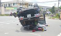 Xe tải tông ô tô lật ngửa trên đường phố Sài Gòn