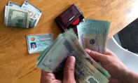 Một chiến sĩ Công an trả lại ví tiền cho người đánh rơi