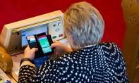 Thủ tướng Na Uy bị bắt gặp chơi Pokemon Go khi đang họp quốc hội