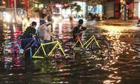 Phú Yên: Vừa ngớt mưa, đường biến thành sông