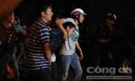 Nam thanh niên nghi ngáo đá cầm dao khống chế con tin